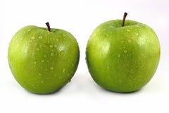Apple verde con las gotitas de agua Imagen de archivo