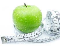 Apple verde con nastro adesivo di misurazione fotografia stock