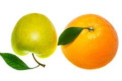 Apple verde e laranja isolados em um fundo branco Fotografia de Stock