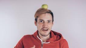 Apple verde no ` s do indivíduo dirige fotografia de stock