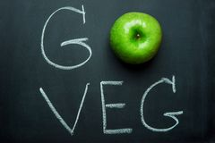Apple verde sulla lavagna nera passa l'iscrizione va Veg Dieta sana Superfood di concetto vegetariano del vegano Fotografia Stock Libera da Diritti