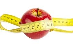 Apple vermelho com fita da medida Imagens de Stock