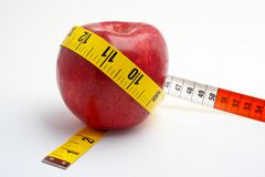 Apple vermelho com medida de fita Fotos de Stock Royalty Free