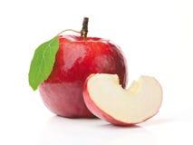 Apple vermelho e uma fatia Imagens de Stock
