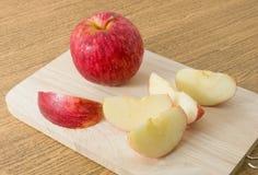 Apple vermelho maduro fresco em uma placa de corte de madeira Imagem de Stock