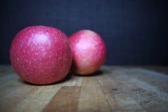 Apple vermelho maduro no fundo de madeira foto de stock
