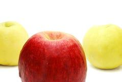 Apple vermelho na frente do amarelo Imagem de Stock Royalty Free