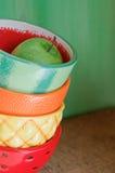 Apple vert dans des bols de fruit Images stock