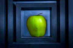 Apple vert dans le cadre foncé Image libre de droits