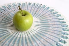 Apple vert sur des billets de banque images stock