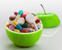Apple voll von Medizin lizenzfreie stockfotos
