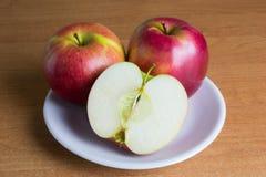 Apple-vruchten op de lijst Stock Foto's