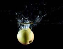 Apple wässern Spritzen lizenzfreie stockbilder