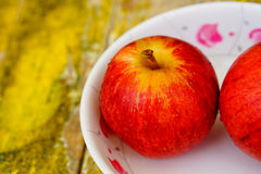 Apple w naczyniu na żółty drewnianym, wystrzału koloru styl Zdjęcie Royalty Free