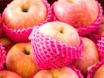 Apple wickelte mit Schaumfruchtnetz, ausgewählter Fokus ein Lizenzfreies Stockfoto