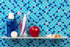 Apple y accesorios para la higiene oral en cuarto de baño Foto de archivo