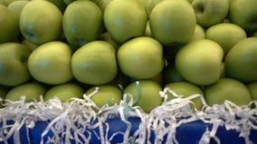 Apple y comida verdes en bazar
