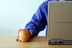 Apple y computadora portátil Foto de archivo