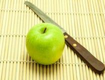 Apple y cuchillo Fotos de archivo libres de regalías