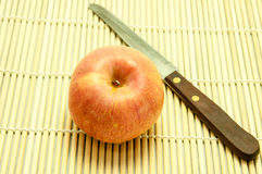 Apple y cuchillo Imagenes de archivo