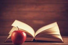 Apple y el libro. foto de archivo
