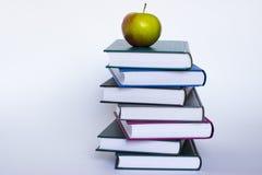 Apple y libros imagen de archivo