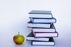 Apple y libros fotos de archivo libres de regalías