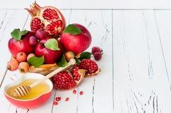 Apple y miel, comida tradicional del Año Nuevo judío - Rosh Hashana Copie el fondo del espacio Imágenes de archivo libres de regalías