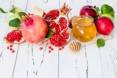 Apple y miel, comida tradicional del Año Nuevo judío - Rosh Hashana Copie el fondo del espacio Fotos de archivo