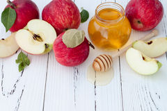 Apple y miel, comida tradicional del Año Nuevo judío - Rosh Hashana Fondo de Copyspace Fotografía de archivo