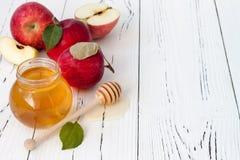 Apple y miel, comida tradicional del Año Nuevo judío - Rosh Hashana Fondo de Copyspace Imágenes de archivo libres de regalías