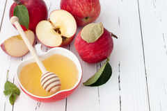 Apple y miel, comida tradicional del Año Nuevo judío - Rosh Hashana Fondo de Copyspace Fotografía de archivo libre de regalías