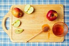 Apple y miel en el tablero de madera Celebración judía del día de fiesta del hashana de Rosh (Año Nuevo) Visión desde arriba Imágenes de archivo libres de regalías