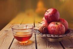Apple y miel sobre fondo de oro Celebración judía del hashana de Rosh (Año Nuevo) Imágenes de archivo libres de regalías