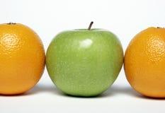 Apple y naranjas Imágenes de archivo libres de regalías