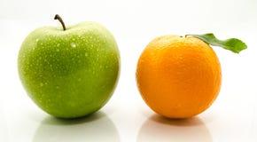 Apple y naranjas foto de archivo