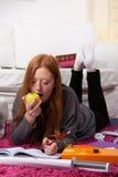 Apple y schoolwok en casa Fotografía de archivo
