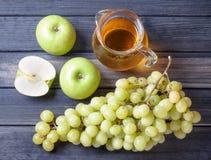 Apple y uvas, una jarra de jugo, aún vida Foto de archivo