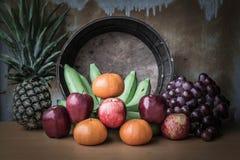 Apple y varias clases de frutas en una tabla de madera Fotos de archivo