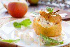 Apple z curd i miodem piec w piekarniku Fotografia Stock