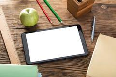 Apple Z Cyfrowej pastylką Na Drewnianym stole Obrazy Royalty Free
