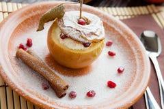 Apple z kremowym serem piec w piekarniku Obrazy Stock