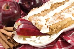 Apple-Zimt-Streusel-Kaffee-Kuchen mit Vereisung Lizenzfreies Stockfoto