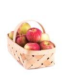 Appleas που συσσωρεύεται σε ένα ξύλινο καλάθι, Στοκ Εικόνες