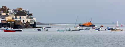APPLEDORE, DEVON/UK - 14. AUGUST: Boote machten weg von Appledore herein fest Stockbild