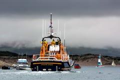 APPLEDORE, DEVON/UK - 14. AUGUST: Rettungsboot, das weg von Appledor kreuzt Stockfoto