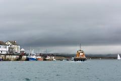 APPLEDORE, DEVON/UK - 14. AUGUST: Rettungsboot, das weg von Appledor kreuzt Lizenzfreies Stockfoto