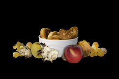 Apples di cottura e mollusks dello shells su fondo nero Immagine Stock