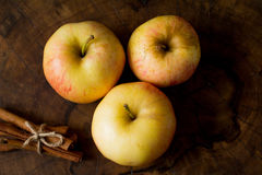 Apples and cinnamon sticks Royalty Free Stock Photography