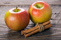 Apples with cinnamon Royalty Free Stock Photos